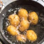 SVI JE BACAJU, A TAKO JE KORISNA: Četiri razloga zbog kojih ne trebate bacati vodu od krompira!