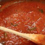 BEZ KUVANJA, LJUŠTENJA I STERILISANJA TEGLI: Najbolji recept za sos od paradajza, idealna zimnica!