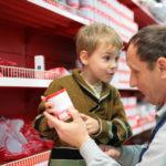 NEVEROVATNA SMIRENOST: Deda je kupovao hranu, a unuk vrištao za keksom, evo kako je rešio situaciju!