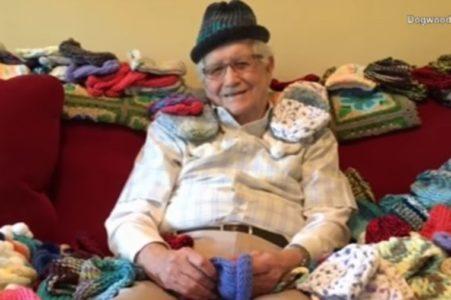 SVOJ HOBI JE ISKORISTIO ZA DOBRO DELO: Deka (86) plete kapice za prevremeno rođene bebe! (VIDEO)