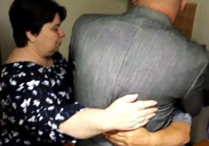 MAJKA POSLE 40 GODINA ZAGRLILA SINA: Tragična priča žene kojoj su ukrali bebu u porodilištu